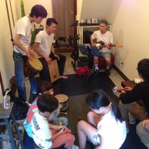 荻窪のgallery&space 65chabu.の夏休みワークショップ 参加型ライブ「楽しくパーカッション」の様子