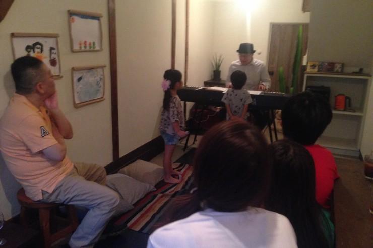 荻窪のgallery&space 65chabu.の夏休み参加型ライブ『piano piano piano〜! ーピアノってこんなに楽しいー』の様子